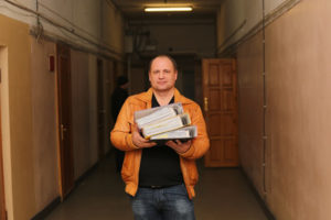"""Один из организаторов """"Возрождения"""" Александр Береза с кипой бумаг, по которым фонд давно уже должен был вернуться на свою землю. Фото автора"""